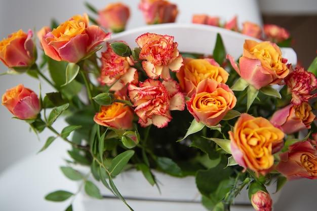 Mooie kleine rozen in een houten mand