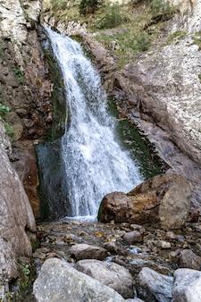 Mooie kleine waterval in de bergen van de noord-kaukasus.