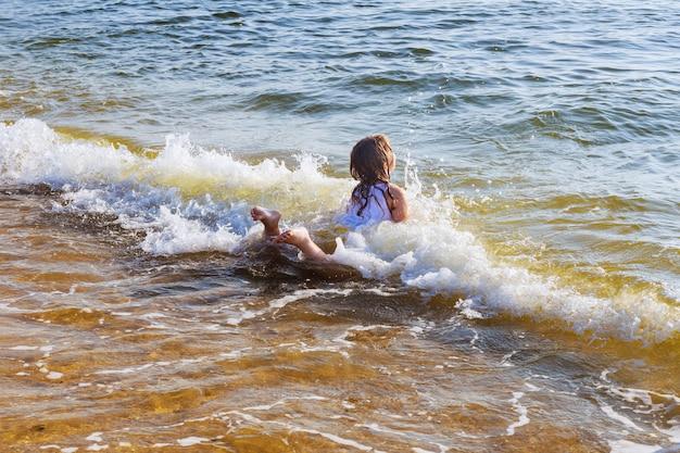 Mooie kleine zwemmen in de oceaan