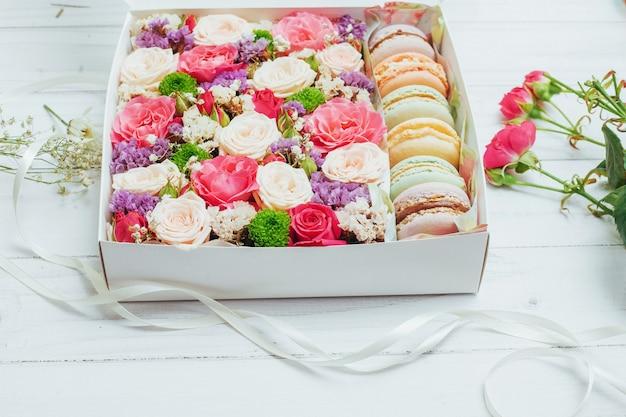 Mooie kleuren bloemen en smakelijke bizet