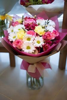 Mooie kleurrijke bloemen in bloemenwinkel