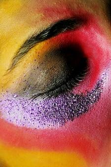 Mooie kleurrijke body art van een vrouwelijk oog