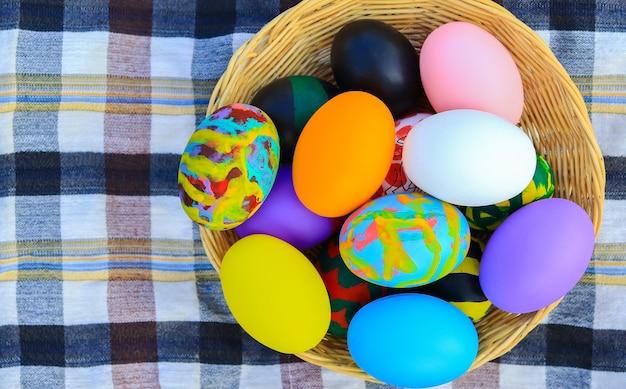 Mooie kleurrijke paaseieren in een mand voor paasdag Premium Foto