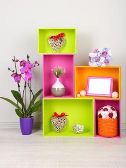 Mooie kleurrijke planken met verschillende woongerelateerde objecten