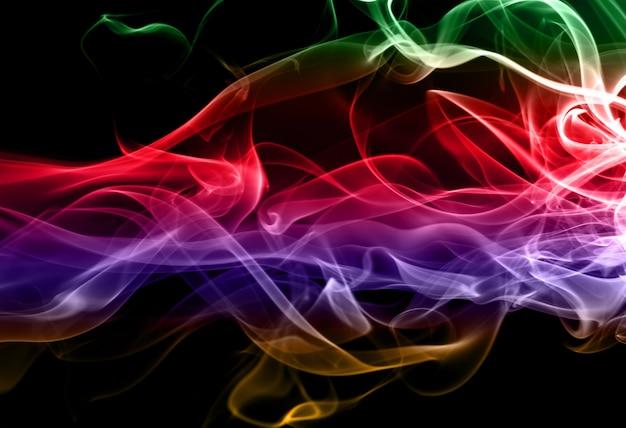 Mooie kleurrijke rooksamenvatting op zwarte achtergrond, beweging van brand