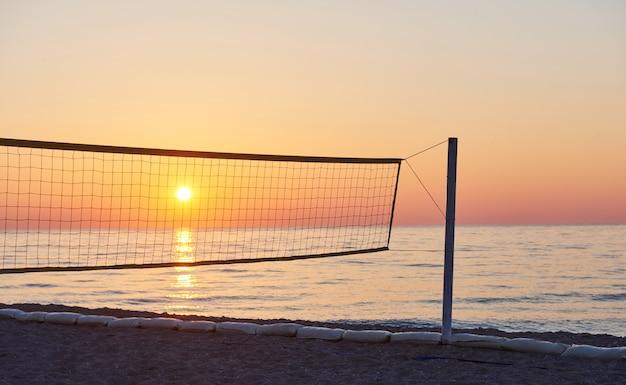 Mooie kleurrijke zonsondergang over de zee en de zon schijnt. oranje lucht.