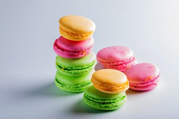Mooie koekjes van verschillende kleuren op een witte achtergrond