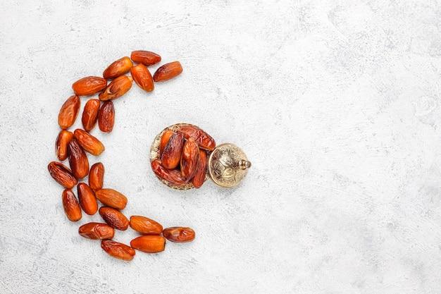 Mooie kom vol met datum fruit symboliseert ramadan, bovenaanzicht