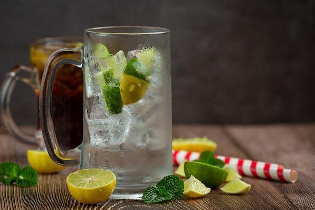 Mooie koude drank van cola met ijsblokjes