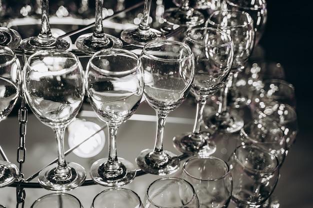 Mooie kroonluchter gemaakt met glazen wijn
