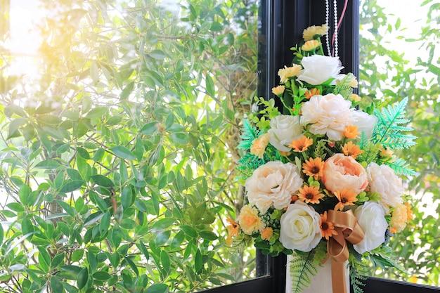 Mooie kunstbloemen in witte vaas
