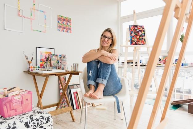 Mooie kunstsamenstelling met gelukkig vrouwelijk model