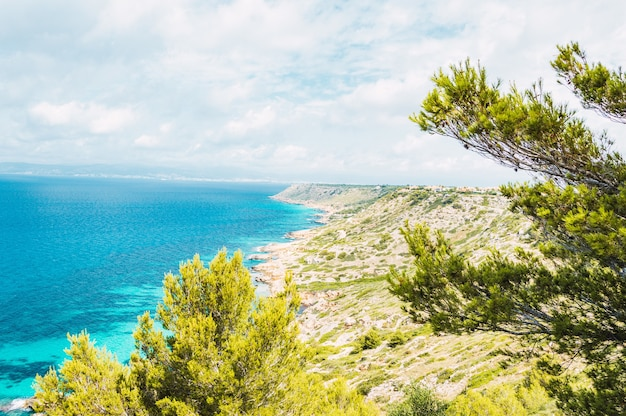 Mooie kust van de zee bij het dorp mallorca