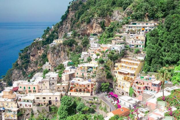 Mooie kustplaatsen van italië - schilderachtige positano in amalfi kust