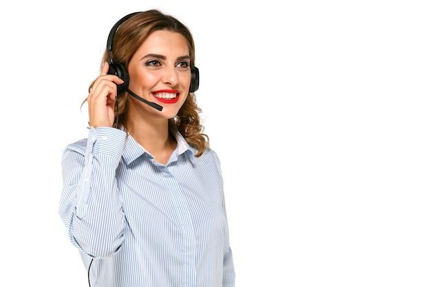 Mooie, lachende, charmante vrouw, operator met hoofdtelefoon, het aannemen van oproepen.