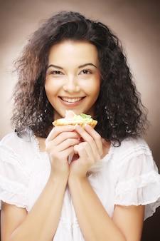 Mooie lachende jonge vrouw met een taart
