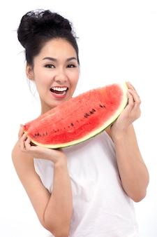 Mooie lachende jonge vrouw vrolijke schoonheid aziatische model met watermeloen.
