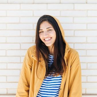 Mooie lachende jonge vrouw
