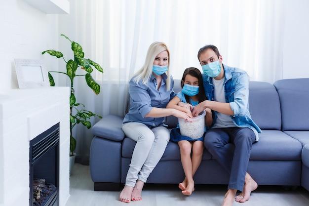 Mooie lachende multi-ethische familie voor de laptop