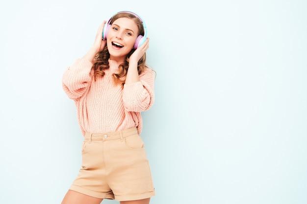 Mooie lachende vrouw gekleed in zomerkleren