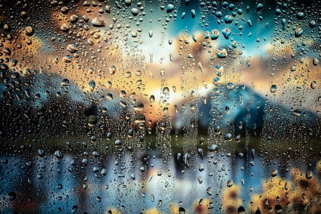 Mooie landschapsconceptuele weergave van de stad door glazen raam met regendruppels