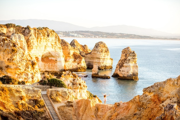 Mooie landschapsmening op de rotsachtige kustlijn op ponta da piedade bij de stad lagos in het zuiden van portugal