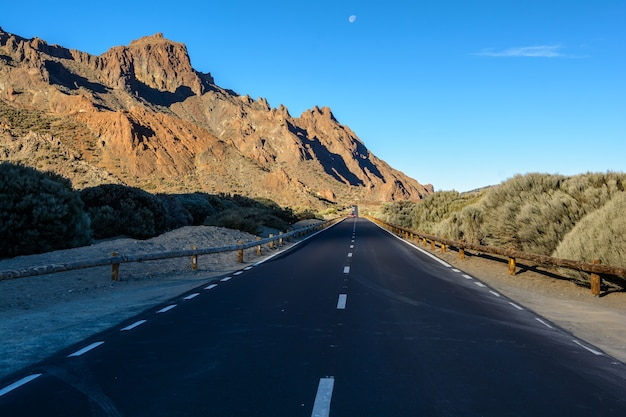 Mooie landweggetjes en natuur. rijden tussen rotsen. de weg tussen de rotsen die naar de bergen leidt. tenerife spanje.