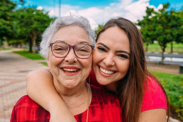Mooie latijnse grootmoeder met haar kleindochter. braziliaanse familie.