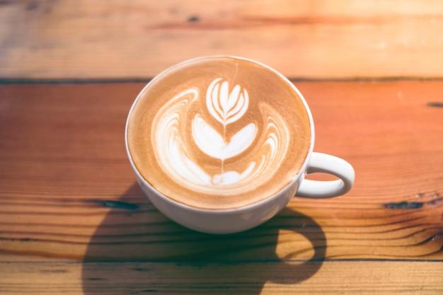 Mooie latte kunst van barista