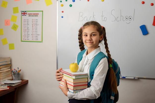 Mooie leerling staande voor bestuur op school voor de les