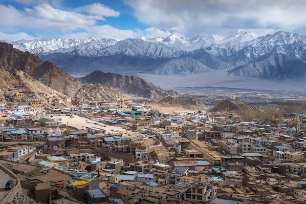 Mooie leh-stad op de achtergrond van randbergen, ladakh india tibet.