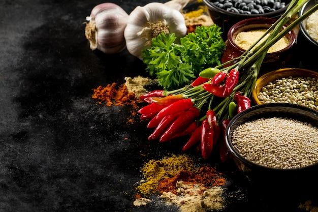 Mooie lekkere lekkende ingrediënten kruiden rode chilipeper kruidenierswinkel voor koken gezonde keuken.