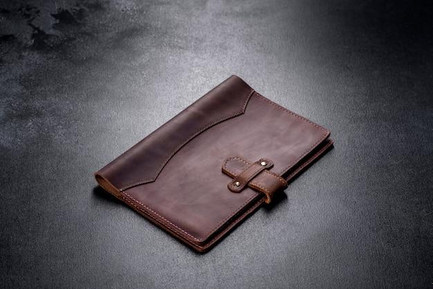 Mooie leren bruine hoes gemaakt van leer ontworpen voor een notebook