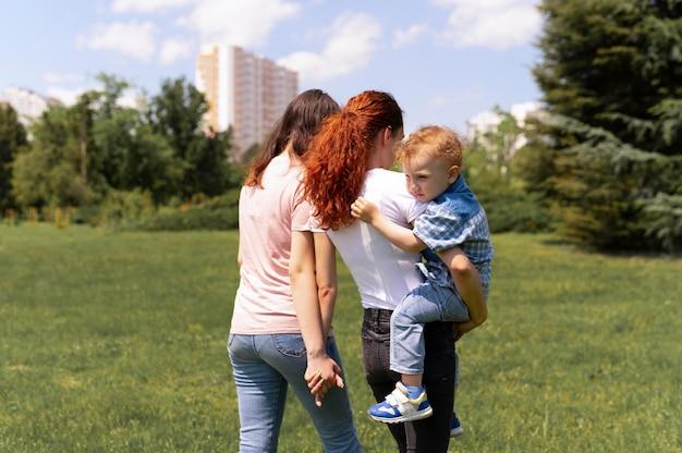Mooie lgbt-familie in het park