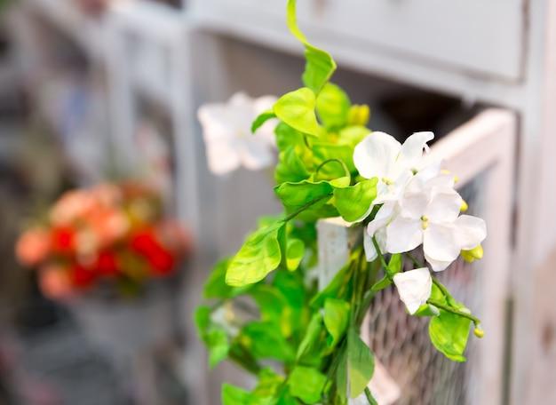 Mooie liaan met heldere bloemen