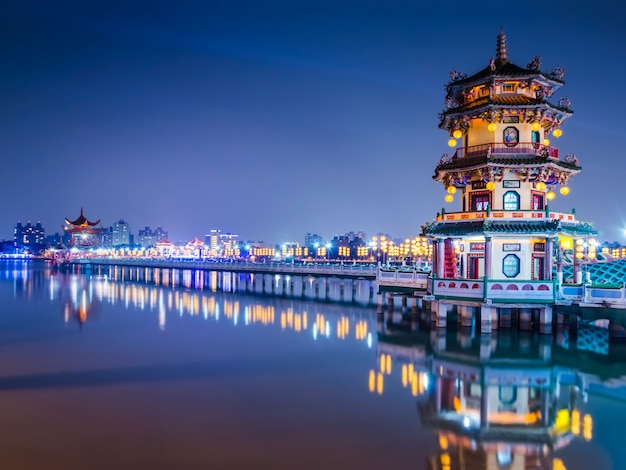 Mooie lichte decoratieve pagode bij lotusbloemvijver in de stad van kaohsiung van taiwan