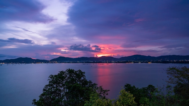 Mooie lichte zonsondergang over zee dramatische hemel.
