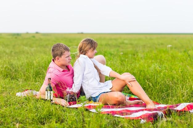 Mooie liefde paar romantische picknick buitenshuis op zonnige zomerdag.