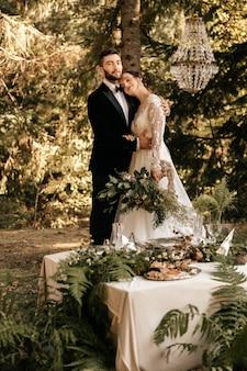 Mooie liefdevolle paar pasgetrouwden in het bos, bruiloft in de natuur