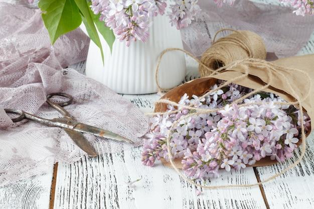 Mooie lila bloemen op roze stoffen muur