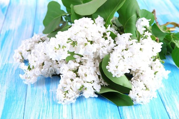 Mooie lila bloemen op tafel close-up