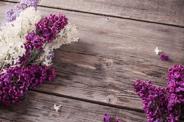 Mooie lila op een houten achtergrond