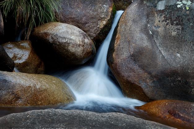 Mooie loop van een rivier naar beneden