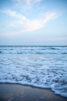 Mooie lucht en blauwe zee