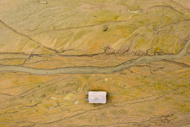 Mooie luchtfoto bovenaanzicht details van het oppervlak van de grond in de dam terwijl water in droog met bamboe vlot
