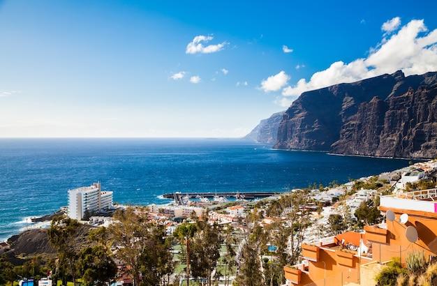 Mooie luchtfoto landschap van de badplaats los gigantes, tenerife, canarische eilanden, spanje