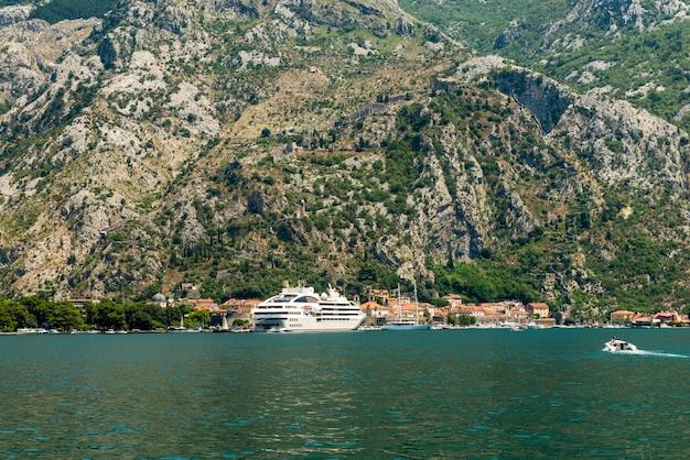 Mooie luchtfoto van de baai van kotor. cruiseschip aangemeerd in mooie zomerdag. uitzicht op de oude stad van kotor van de berg lovcen in kotor, montenegro. kotor maakt deel uit van de unesco-wereld.