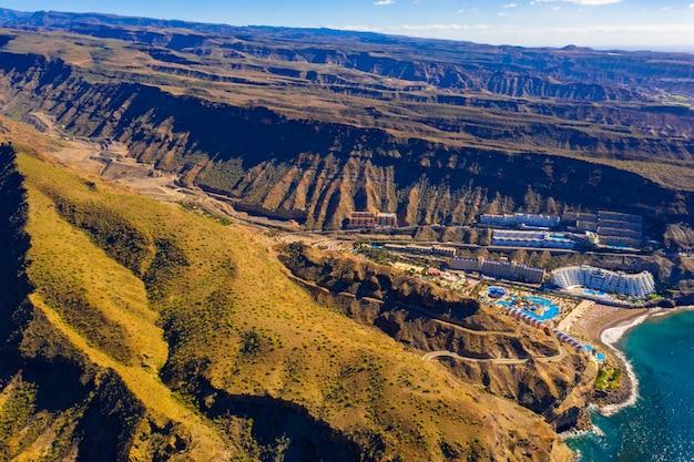 Mooie luchtfoto van de bergen van gran canaria op het eiland met uitzicht op de vulkaan teide
