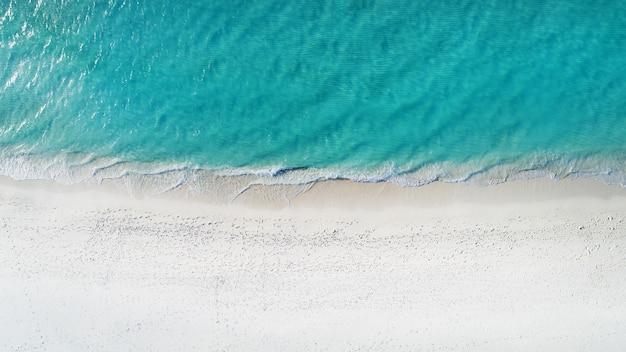 Mooie luchtfoto van de maldiven en tropisch strand achtergrond