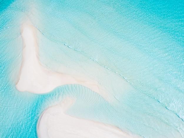 Mooie luchtfoto van de malediven en tropisch strand. reis- en vakantieconcept